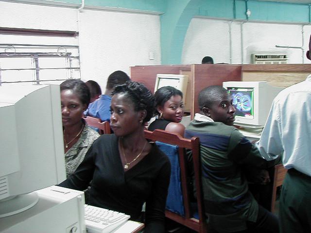 Des jeunes dans un cyber