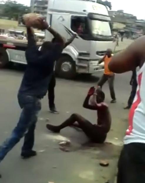 Zama se faisant lyncher par la foule.
